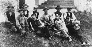 Släktled och många andra släktforskare har bilder på grupper av anställda i företag.